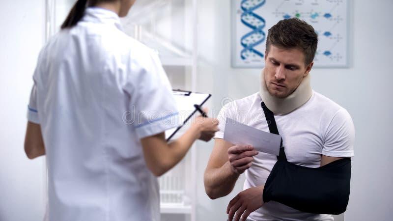 Patiënt in van het schuim cervicaal kraag en wapen slingerlezing artsenvoorschrift stock afbeelding