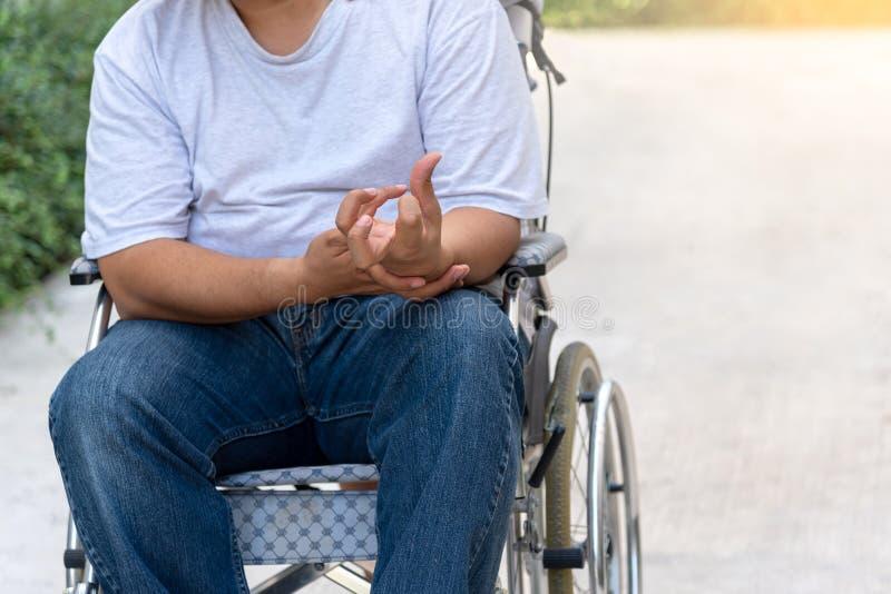 Patiënten die op een rolstoel zitten royalty-vrije stock foto's