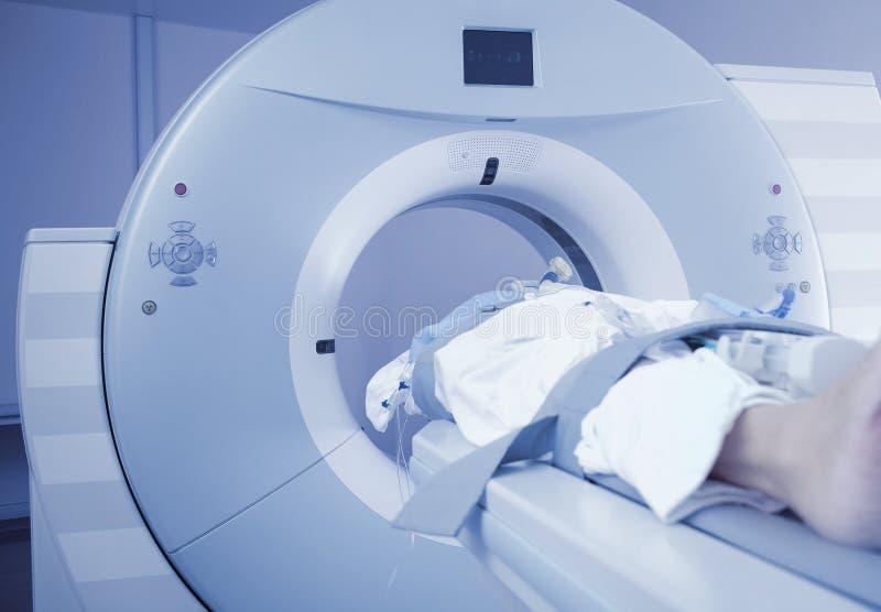 Patiëntenonderzoek op CT scanner stock afbeelding
