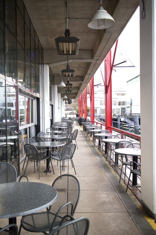 Patia miejsca siedzące przy nabrzeże restauracją obraz royalty free