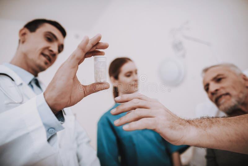 Patiend和年轻医生 疗法在医院 免版税库存照片
