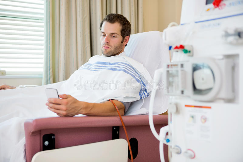 Patient à l'aide du portable aux centres de dialyse photos libres de droits