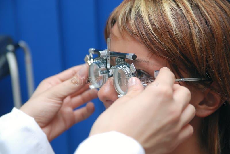 Patient à l'oculiste photos stock