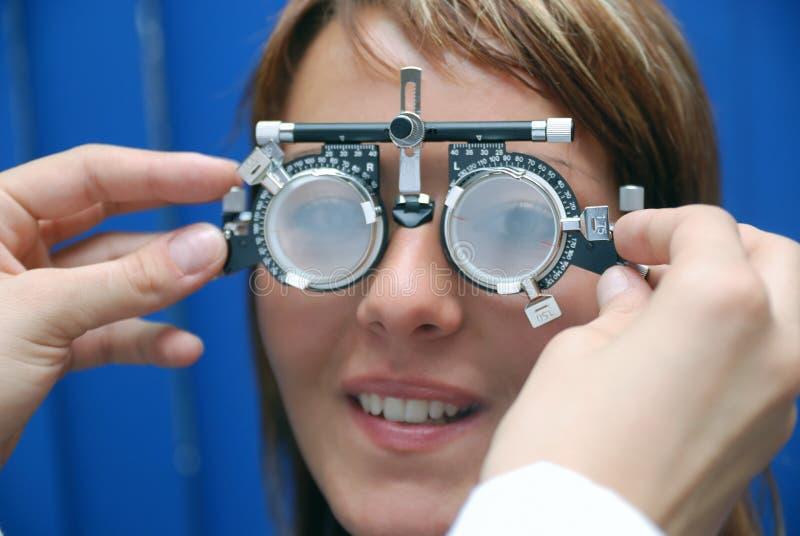Patient à l'oculiste photo libre de droits