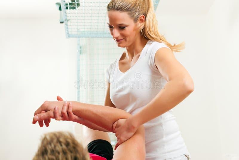Patient à la physiothérapie photo libre de droits