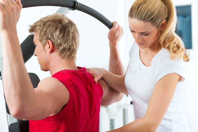 Patient à la physiothérapie images stock