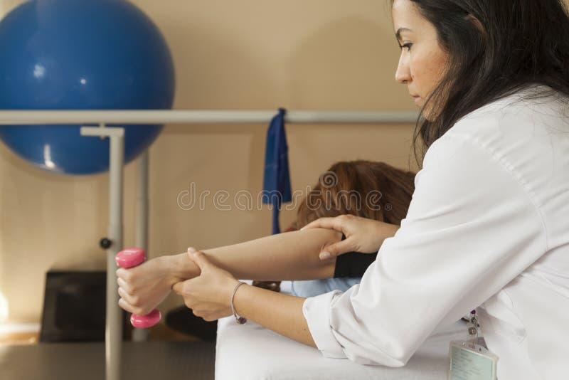 Patient à la physiothérapie images libres de droits