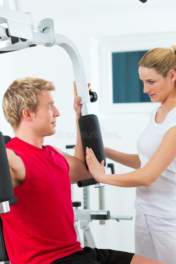 Patient à la physiothérapie faisant des exercices images stock