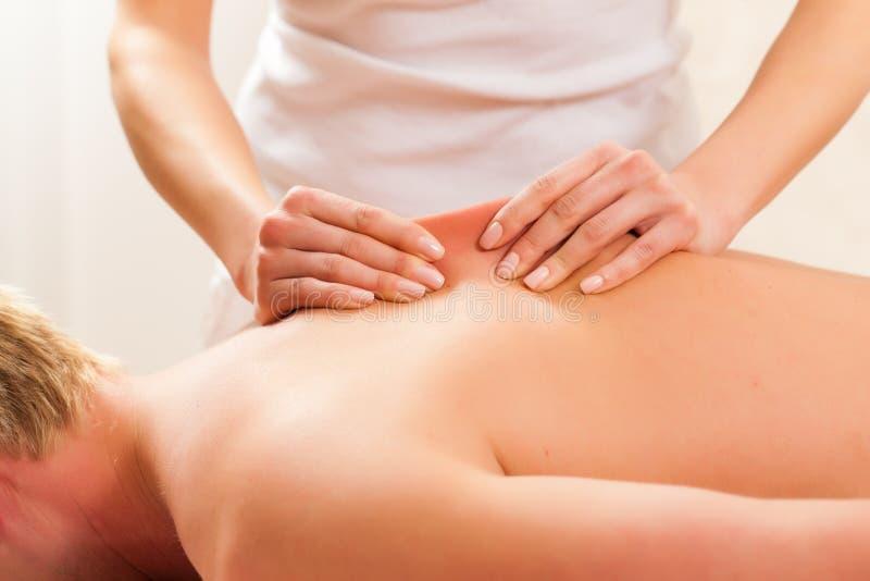Patient à la physiothérapie - massage photographie stock