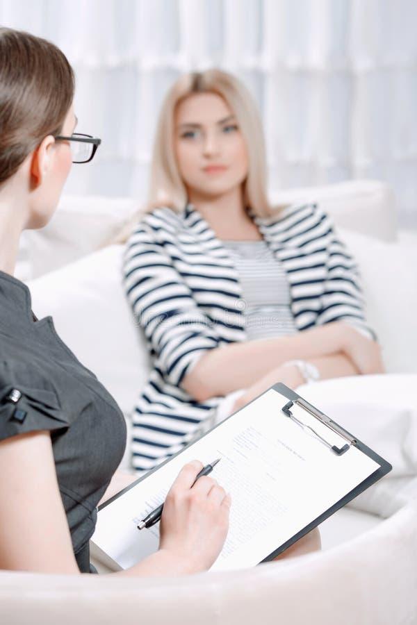 Patient à la session de thérapie psychologique image stock