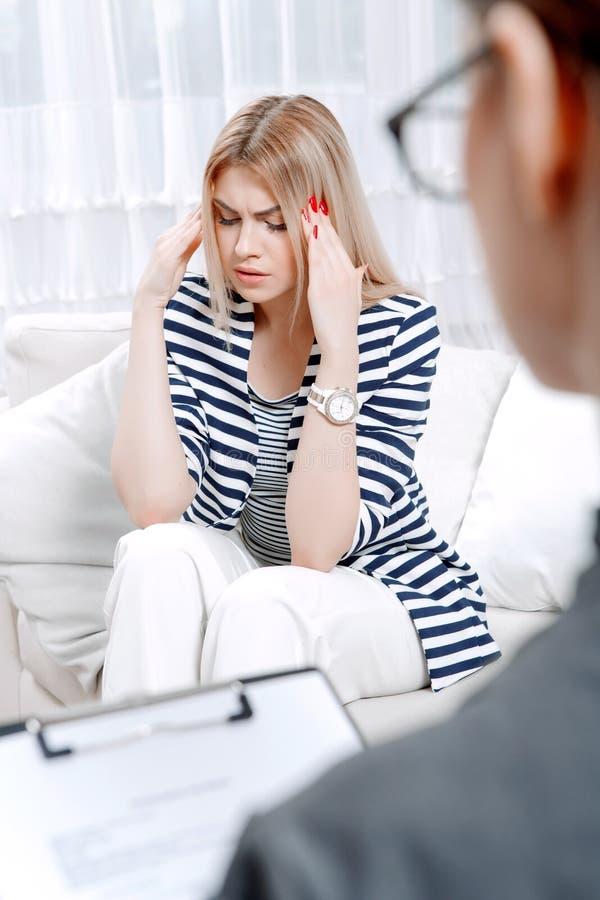 Patient à la session de thérapie psychologique photo libre de droits