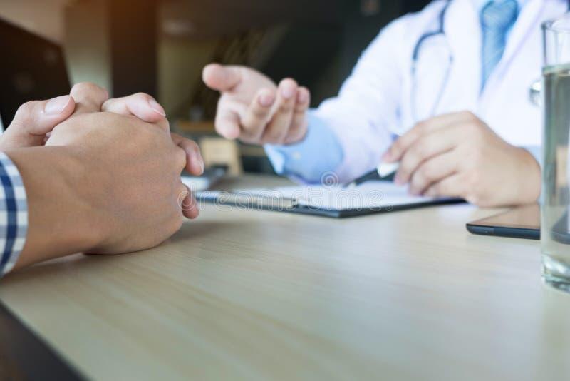 patient écoutant attentivement un patient de explication s de docteur masculin photos libres de droits
