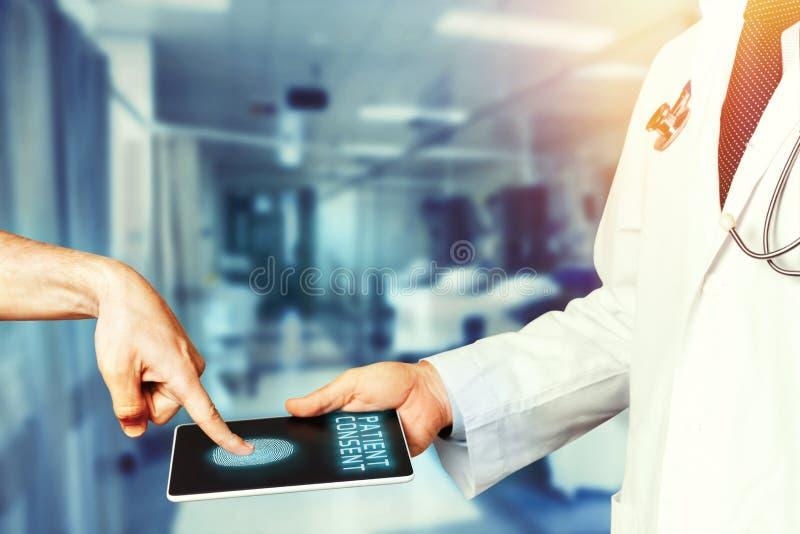 Patient überlässt Fingerabdruck auf Digital-Tablet in Bestätigung der Zustimmung Behandlung Moderne Technologie im Medizin-Konzep lizenzfreies stockbild