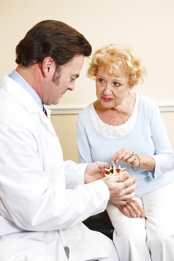 Patient aîné avec le chiroprakteur photos stock