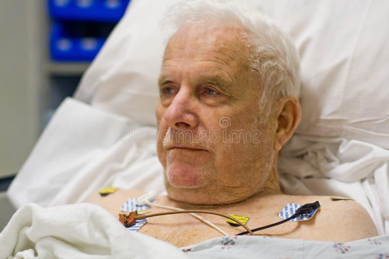 Patient accroché jusqu'au moniteur d'EKG images libres de droits