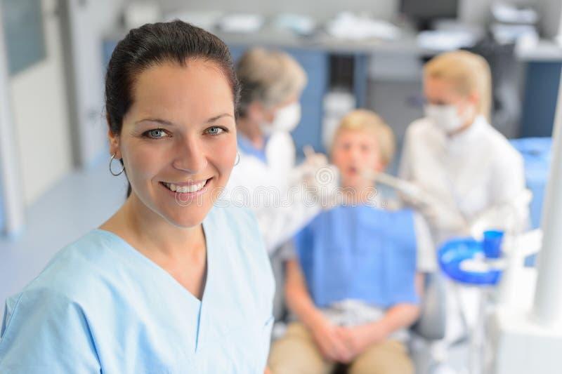 Patient adolescent de dentiste de contrôle professionnel d'équipe photo stock