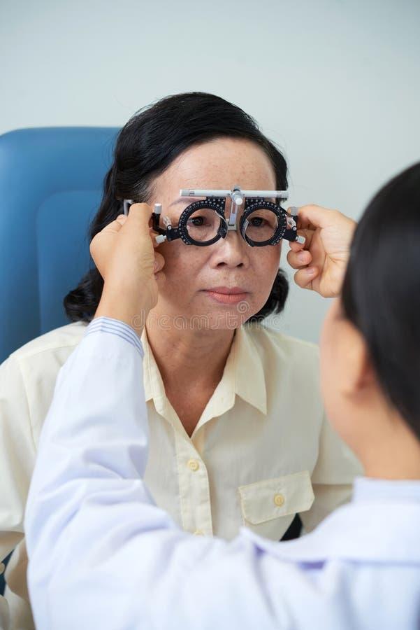 Patient adulte lors de visite à l'ophtalmologiste photos stock
