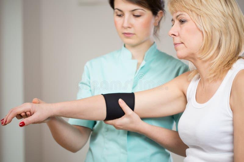 Patient après blessure pendant la réadaptation photos stock