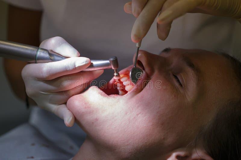 Patient au bureau d'hygiénistes dentaires images libres de droits
