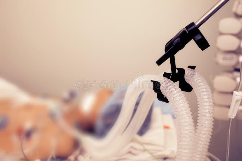 Patient auf der Belüftung der künstlichen Lunge lizenzfreie stockfotos