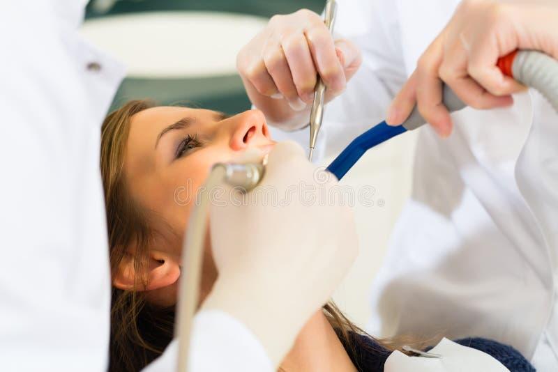 Patient avec le dentiste - traitement dentaire photos stock
