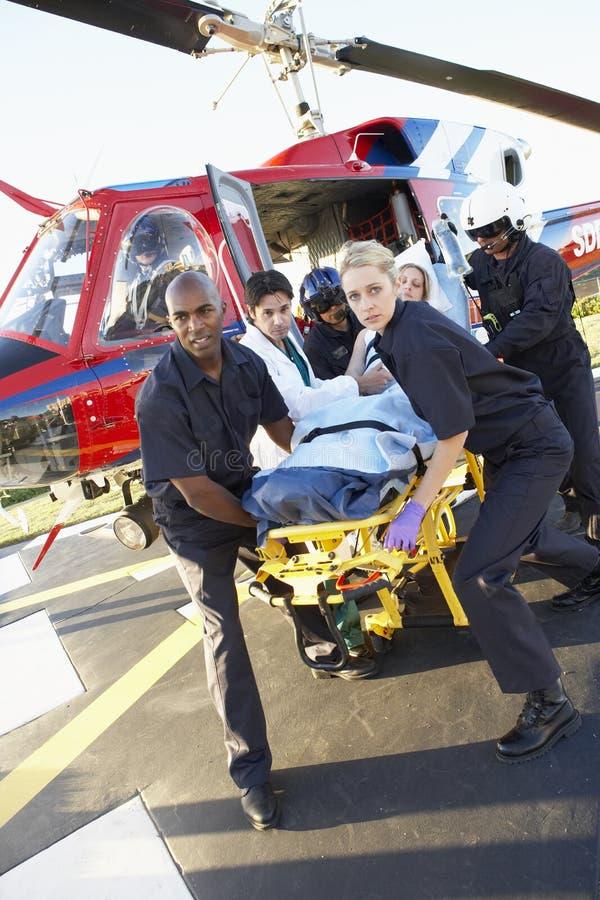 patient avlastning för helikopterperson med paramedicinsk utbildning royaltyfri fotografi