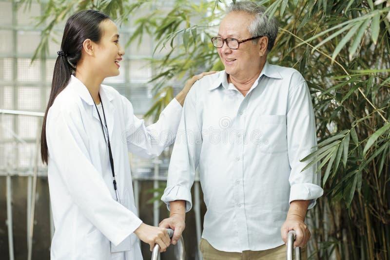 Patient benötigt die Frischluft stockbilder