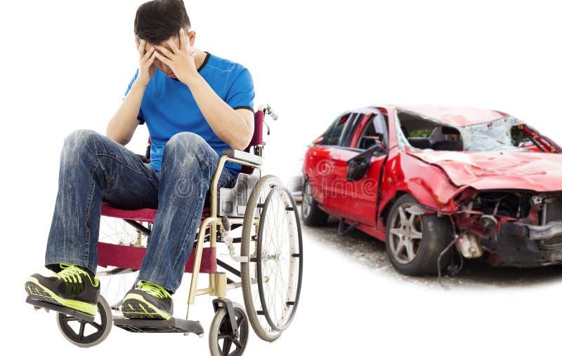 Patient d'effort présentant le concept d'accident de voiture image libre de droits