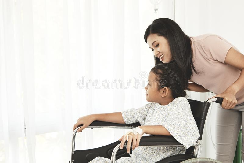 patient d'enfant féminin dans le fauteuil roulant images libres de droits