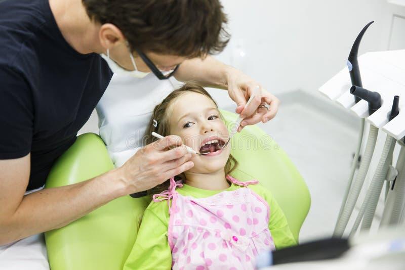 Patient d'enfant sur son contrôle dentaire régulier image libre de droits