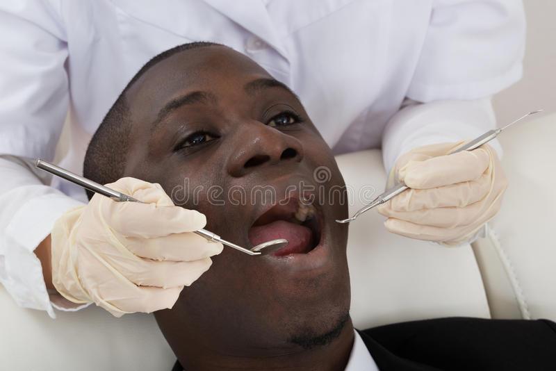 Patient d'Examining Teeth Of de dentiste photo stock