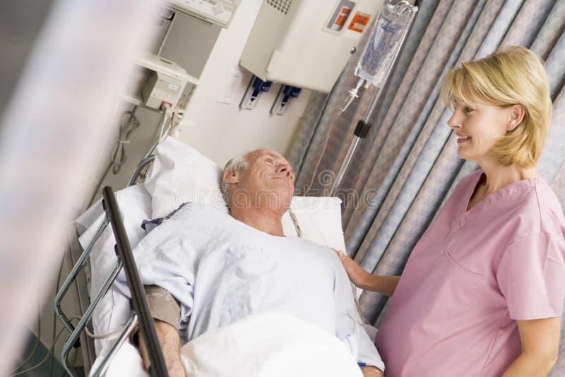 Patient dans le bâti d'hôpital photographie stock libre de droits
