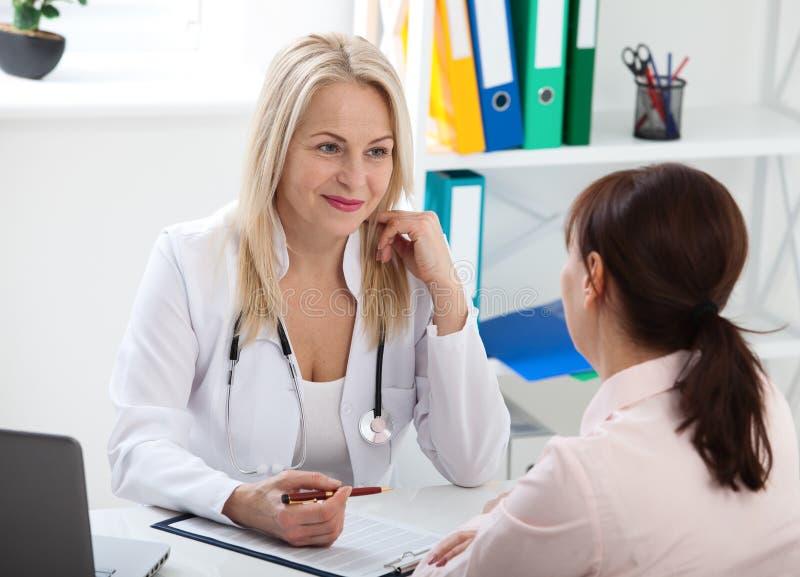 Patient dans le bureau du ` s de docteur, elle reçoit une médecine de prescription images stock