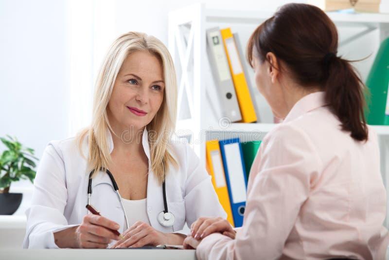 Patient dans le bureau du ` s de docteur, elle reçoit une médecine de prescription image stock