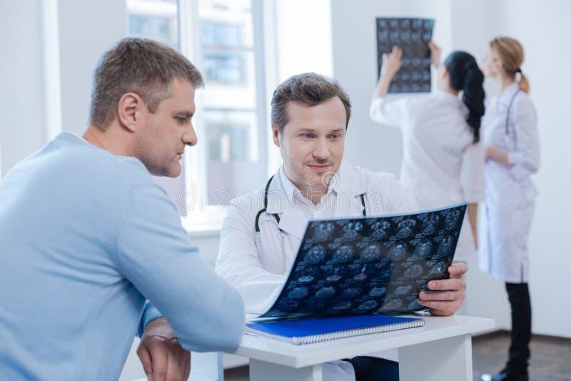 Patient de consultation de thérapeute charismatique dans le coffret médical photo libre de droits