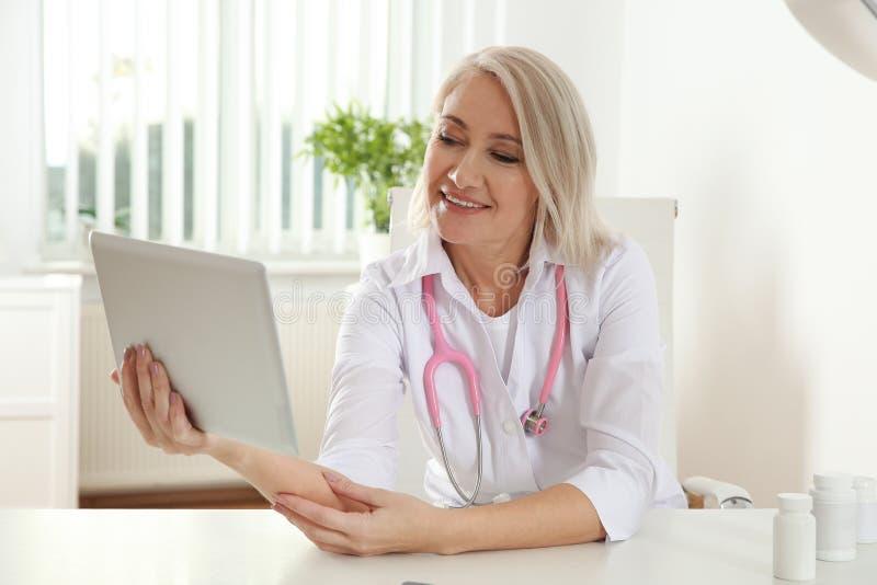 Patient de consultation de docteur employant la causerie visuelle sur le comprim? images libres de droits