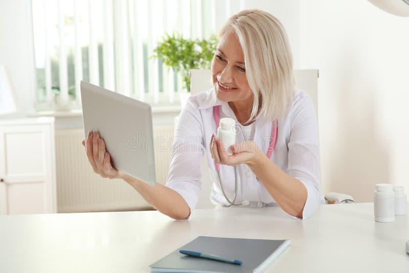 Patient de consultation de docteur employant la causerie visuelle sur le comprim? photographie stock libre de droits