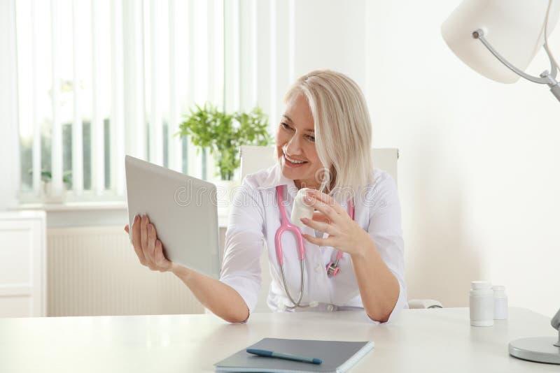 Patient de consultation de docteur employant la causerie visuelle sur le comprim? image libre de droits