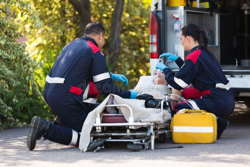 Patient de délivrance de personnel médical de secours photographie stock