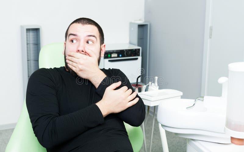 Patient de dentiste agissant effrayé des services dentaires photos stock