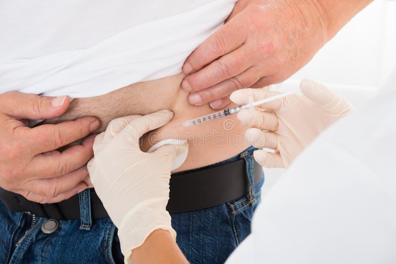 Patient de diabétique de docteur Injecting Stomach Of photo stock