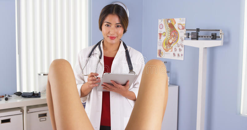 Patient de examen asiatique d'OBGYN dans la pièce d'examen d'hôpital images stock