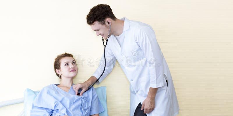 Patient de examen d'homme caucasien médical de professionnels avec le stéthoscope image stock