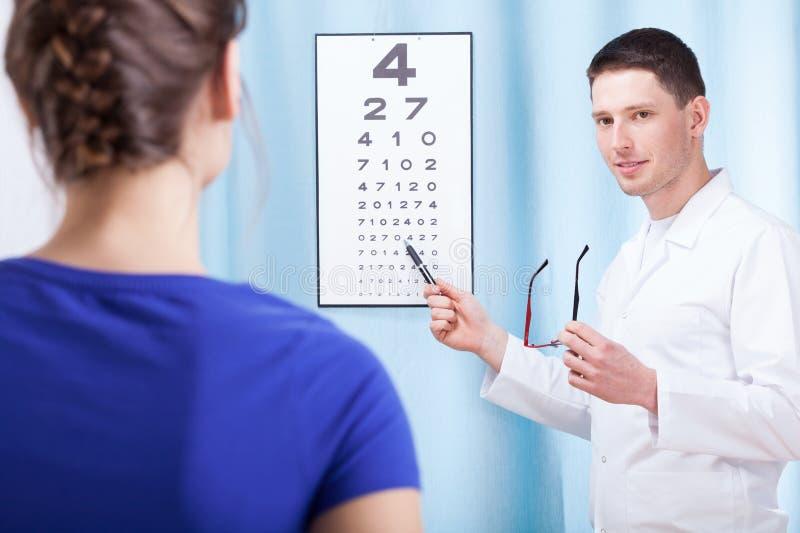 Patient de examen d'oculiste photo stock