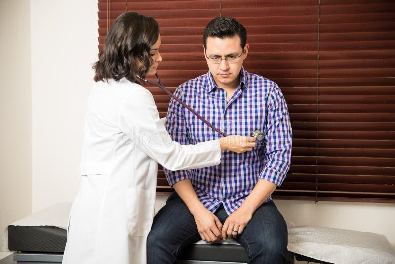 Patient de examen de docteur image libre de droits