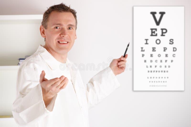 Patient de examen de docteur d'oculiste image stock