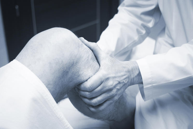 Patient de examen de docteur orthopédique de chirurgien de Traumatologist image libre de droits