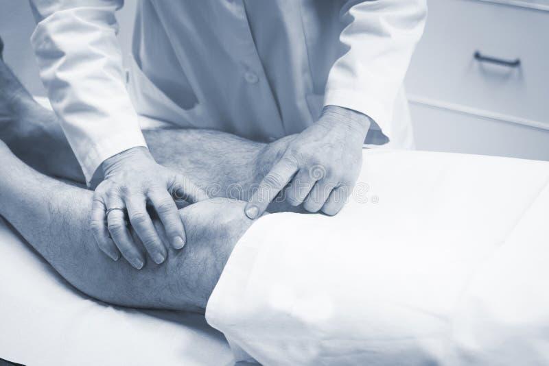 Patient de examen de docteur orthopédique de chirurgien de Traumatologist photographie stock