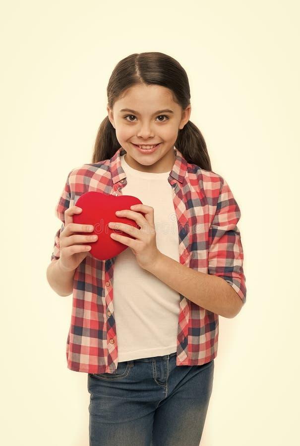 Patient de maladie cardiaque adorable Petite fille tenant le coeur rouge Peu enfant exprimant l'amour le jour de valentines Fille images libres de droits