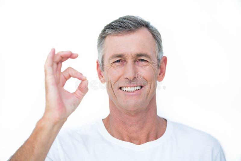 Patient de sourire regardant l'appareil-photo et faire des gestes le signe correct images libres de droits
